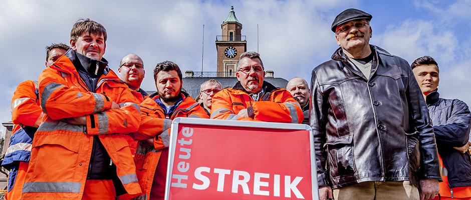 Warnstreik vor dem Rathaus Herne mit Verdi-Chef Norbert Arndt. © Frank Dieper, Stadt Herne.