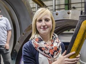 Die Auszubildenden Philipp Rappenberg und Sandy Scholtyschik in der Fabrikhalle von Adams Armaturen. © Thomas Schmidt, Stadt Herne.