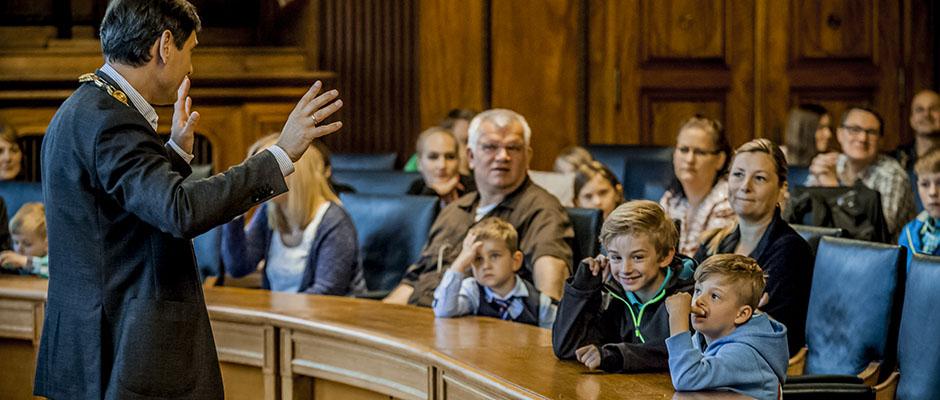 OB Frank Dudda erklärt den KIndern, was sonst im Rathaus passiert. © Frank Dieper, Stadt Herne.