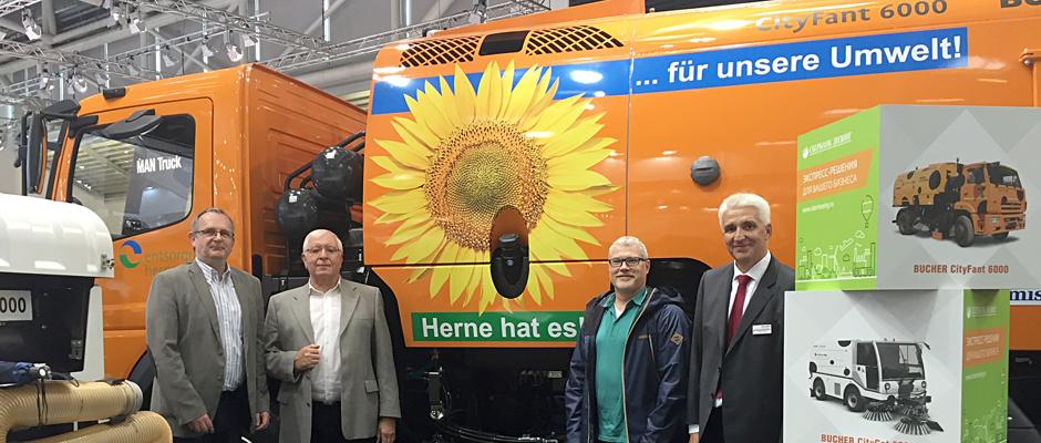 Besuch am Messestand von Bucher Municipal auf der IFAT 2016 in München: (von links) Horst Tschöke, Vorstand entsorgung herne, Werner Hüttemann, technischer Leiter entsorgung herne, Randolf Budde, Betriebsleiter entsorgung herne, Peter Gerkens, Geschäftsführer Bucher Municipal Deutschland.