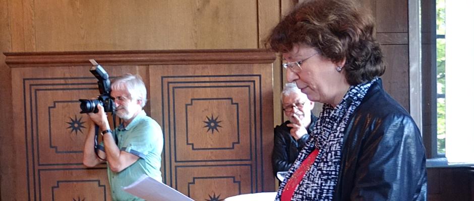 Bettina Szelag hält die Rede, im Hintergrund lauscht Hans-Jürgen Jaworski. © Stadt Herne, Sabine Weitz.