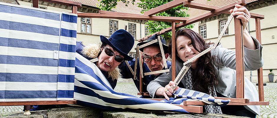 Klappen, falten, verkleinern - ganz im Sinne der Ausstellung agieren Birgit Iserloh und Ralf Lambrecht vom Theater Traumbaum und Organisatorin Andrea Prislan. ©Thomas Schmidt, Stadt Herne