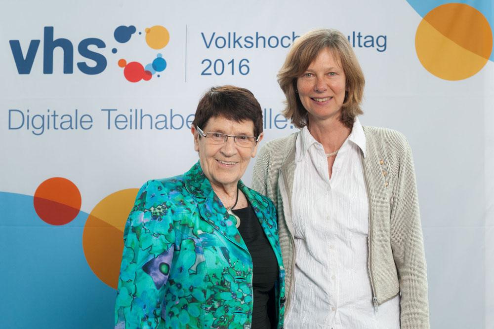 VHS-Tag: Monika Remlinger, hauptamtliche Pädagogische Mitarbeiterin der VHS Herne, beim VHS-Tag am 9. und 10. Juni in Berlin mit Rita Süssmuth, Ehrenpräsidentin des Deutschen Volkshochschul-Verbandes (DVV).