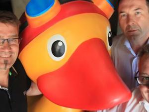 """""""Zug-Chef"""" Michael Torkowski, die Ente ohne Namen, Jörg Kemper von der Bädergesellschaft und dessen Chef Lothar Przybyl freuen sich auf den Umzug. Foto: Philipp Stark / Stadt Herne"""