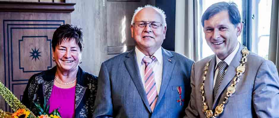 Oberbürgermeister Dr. Frank Dudda überreicht Jürgen Sunderwerth das Bundesverdienstkreuz. © Stadt Herne, Frank Dieper.