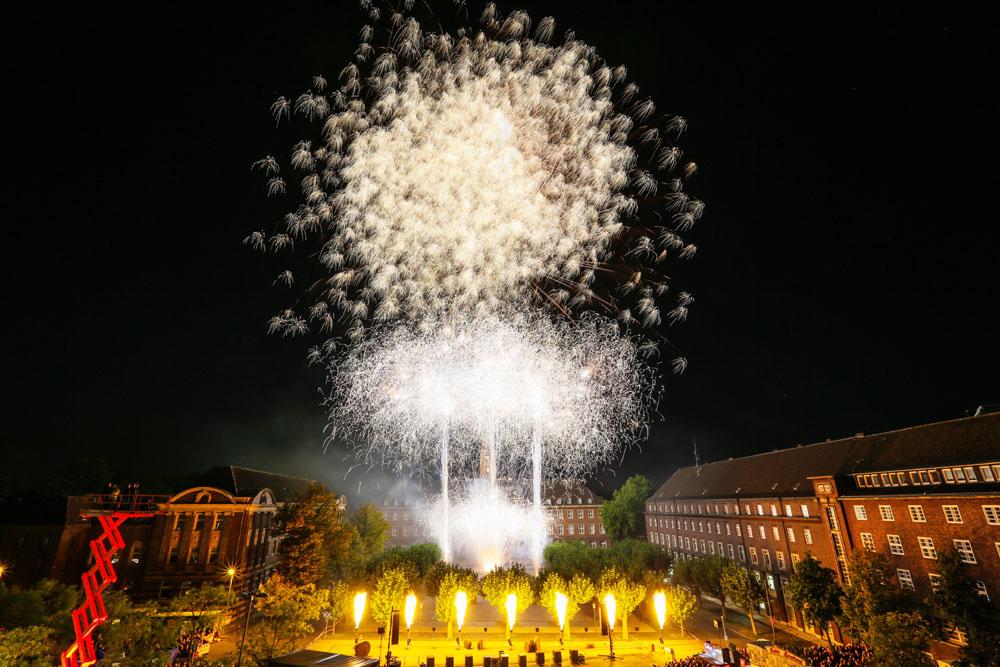 Das Rathaus als Kulisse für vier Feuerwerke. Zu sehen am Samstag, dem 24. September, ab 18 Uhr. Foto: Stadtmarketing Herne