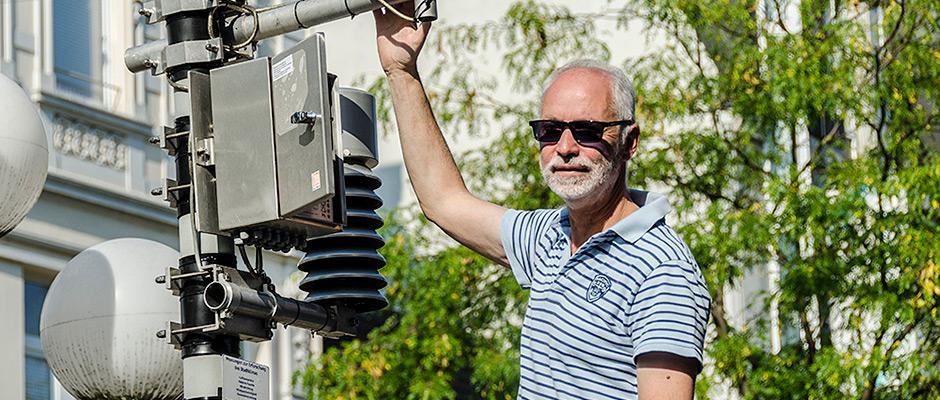 Martin Muthig vom RVR an der neuen Messtation zur Erforschung der Klimawerte in Herne - Mitte. ©Thomas Schmidt, Stadt Herne