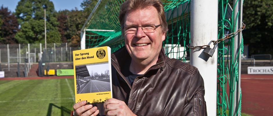 Michael Pannhorst präsentiert im DSC-Stadion sein Buch. Foto: Horst Martens/Stadt Herne