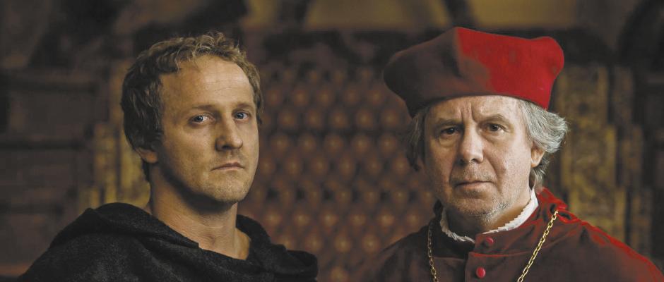 Joachim Król als Albrecht von Brandenburg mit Maximilian Brückner, der Martin Luther spielt. © ZDF/ Hardy Brackmann.