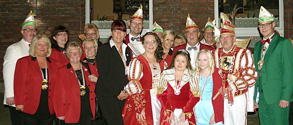 Die Herner Karnevalsgesellschaft vor dem Bergschlösschen.