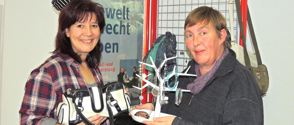 Silke Gerstler, Verbraucherzentrale Herne, und Barbara Nickel, entsorgung herne) bieten interessante Dinge zum Tauschen an.