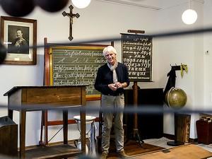 Peter Schneller erklärt das historische Klassenzimmer. ©Thomas Schmidt, Stadt Herne