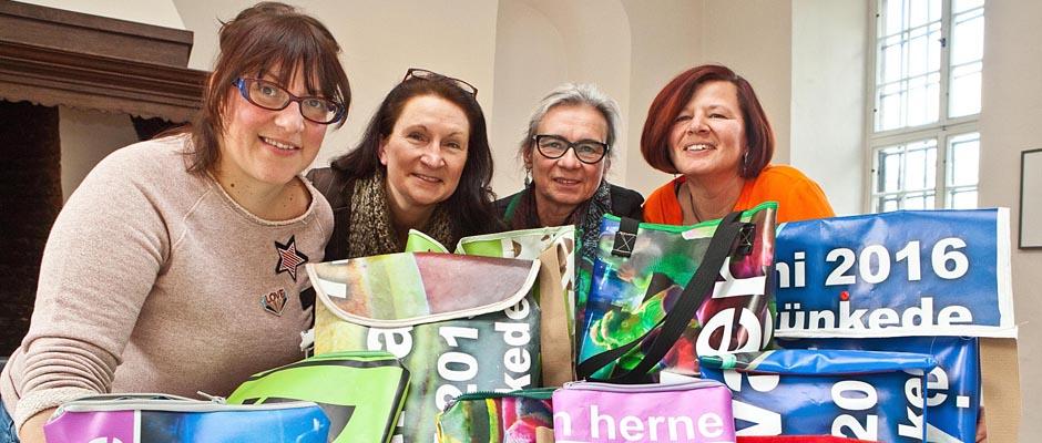 Stellen begeistert Designtaschen her: Chiara Cremon, Andrea Prislan, Angelika Stahl und Martina Stange. © Horst Martens, Stadt Herne