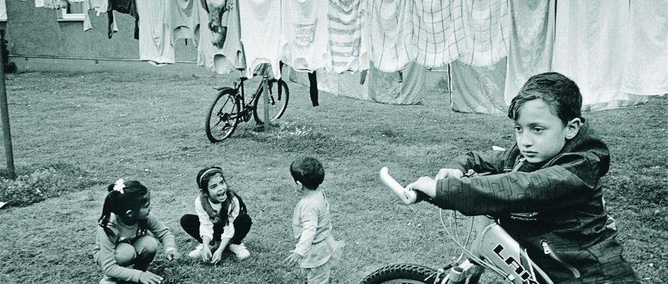 Geflüchtete Kinder im Hof einer Flüchtlingsunterkunft in Herne..