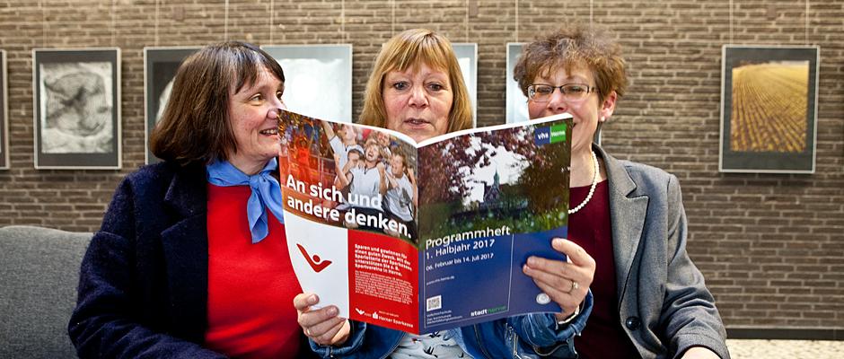 Elisabeth Schlüter, Ute Handrick und Dr. Sybille Rößler-Lelickens stellen das VHS-Programm vor. © Horst Martens, Stadt Herne.