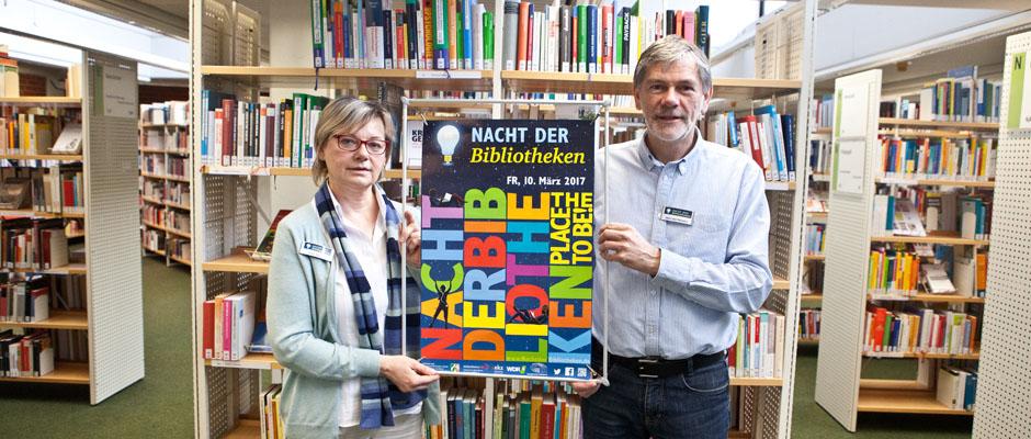 """Über die """"Nacht der Bibliotheken"""" informieren Bibliotheksleiterin Karin Anlauf und Michael von Heesen (Leiter der Bibliothek Wanne)."""
