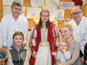 Karnevalsprinzessin Marie die I. und ihre Adjutantin Lena (1. v. l) besuchten die Kinder auf der Station der Kinderchirurgie. Direktor Prof. Dr. Ralf-Bodo Tröbs (2. v. r.) freute sich über den Besuch.