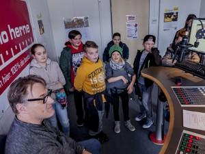 Die KiJuPa-Kids im Studio von Radio Herne mit Moderator Achim Preikschat. ©: Frank Dieper, Stadt Herne