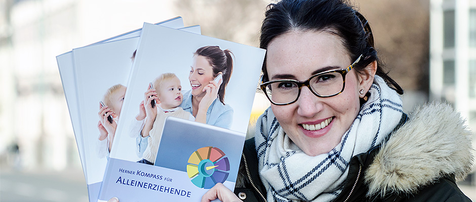 Carina Schwarz, Mitarbeiterin von Competentia stellt den neuen Kompass vor. ©Thomas Schmidt, Stadt Herne