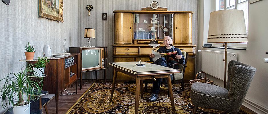 Kurator Ralf Piorr inmitten des 50er Jahre Wohnzimmers im Heimatmuseum Unser Fritz. ©Thomas Schmidt, Stadt Herne