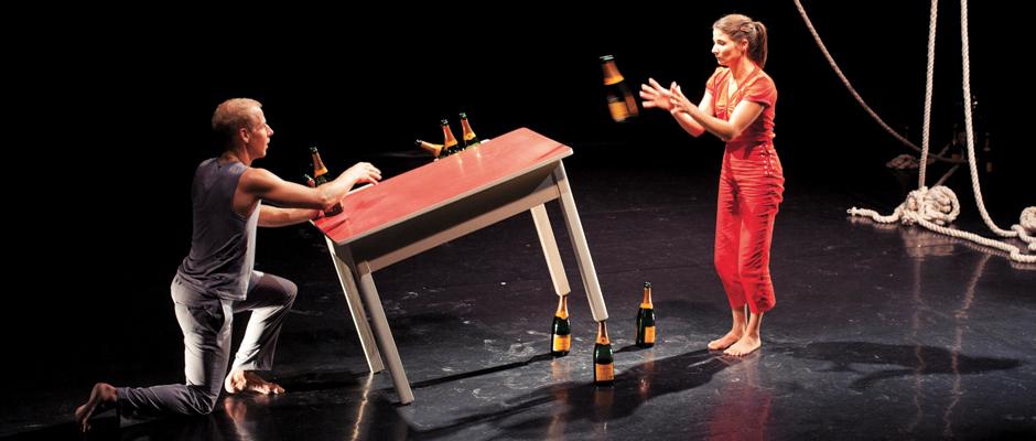 Aus E1NZ mach ZWÄI: Zirkustheater aus der Schweiz. © Anina Lehmann.