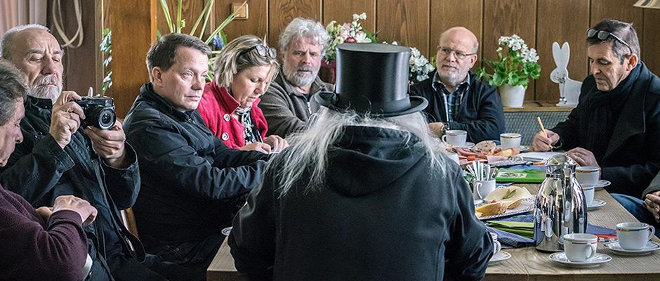 Bei einer Pressekonferenz berichtet Graf Hotte (mit dem Rücken zur Kamera) über die Geburtstagsfeier. © Thomas Schmidt, Stadt Herne.