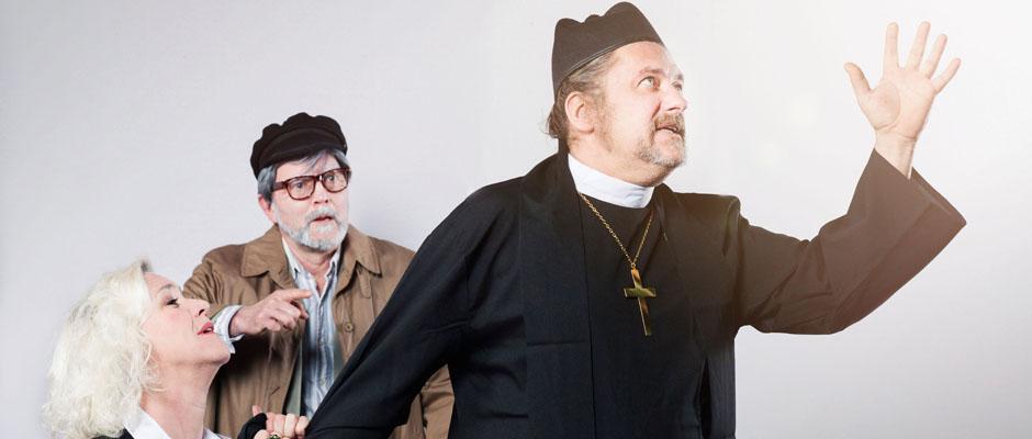 Herzschmerz in Gottes Haus: Frau Teufel betet Pastor Roggensemmel an. Foto: Bettina Engel-Albustin/Mondpalast.