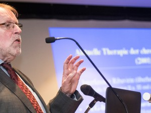 Dr. Dietrich Hüppe bei einem Vortrag. Foto: Arne Pöhnert.