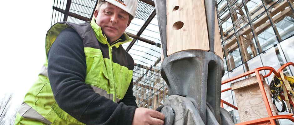 Zimmerermeister Andreas Kühnlenz befestigt den riesigen Bolzen an der neuen Stütze. © Horst Martens, Stadt Herne.