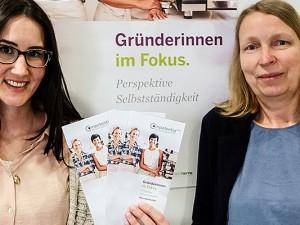 Carina Schwarz und Ulrike Hammerich vom Komepetenzzentrum Frau und Beruf Mittleres Ruhrgebiet haben die Seminarreihe für Frauen vorgestellt. © Anja Gladisch, Stadt Herne
