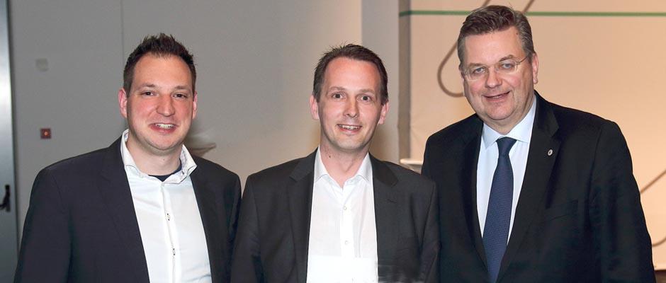 Die Vertreter der Schiedsrichtervereinigung Herne gemeinsam mit DFB-Präsident Reinhard Grindel (re.): Boris Bejmowicz, Vorsitzender des KSA, und David Hennig, Lehrwart und Pressesprecher. | Foto: KSA Herne