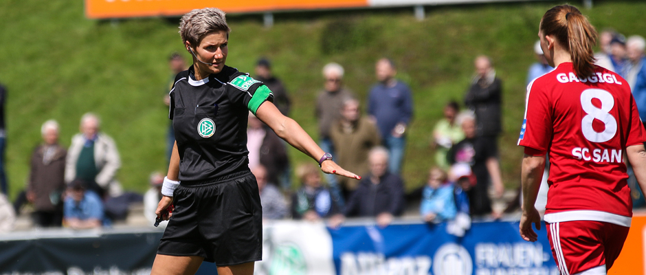Nadine Westerhoff (li.) während des Spiels der Allianz Frauen-Bundesliga zwischen dem MSV Duisburg und dem SC Sand am 30. April 2017. | Foto: David Hennig