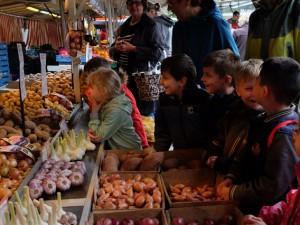 Vorschulkinder der Kita Lackmanns Hof erkunden den Wochenmarkt in Herne Mitte. © Nina-Maria Haupt, Stadt Herne