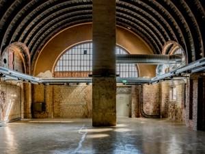 Gedämpftes Licht lässt den morbiden Charme des Alten Wartesaals noch stärker hervortreten. © Thomas Schmidt, Stadt Herne.