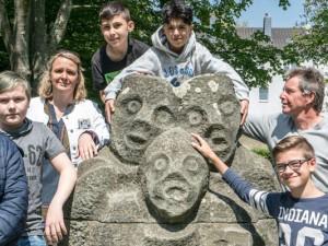 Das Geheimnis ist gelüftet: Die Skulptur ist einzigartig. Darüber freuen sich die Schüler und die Lehrerin Céline Spieker sowie der stellvertretende Leiter Lilei. © Horst Martens, Stadt Herne.