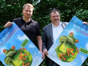 Christoph Heidenreich und Umweltdezernent Karlheinz Friedrichs präsentieren die Plakate für den 32. Herner Umwelttag. © Nina-Maria Haupt, Stadt Herne