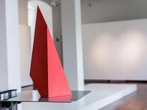 """Der knallig rote """"CubeCrack"""" spielt eine Rolle bei den Workshops von RuhrKunstNachbarn. © Thomas Schmidt, Stadt Herne."""