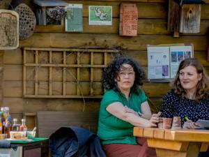 Anke Roßmannek mit inherne-Redakteurin Anja Gladisch an ihrem Rückzugsort. © Frank Dieper, Stadt Herne.