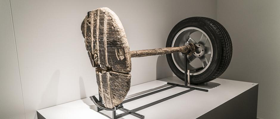 Gestern - heute: Die Ausstellung zeigt eines der ältesten Räder der Welt - kombiniert mit einem modernen Autorad. ©Thomas Schmidt, Stadt Herne