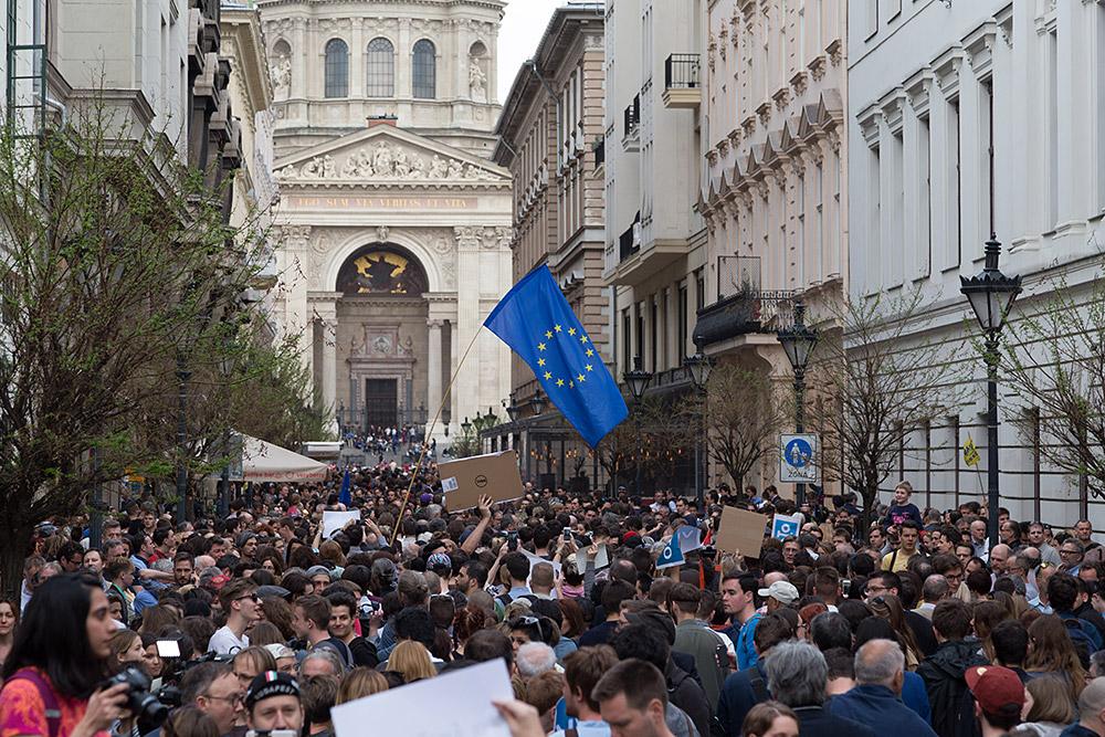 Für mehr Demokratie gehen Zehntausende Ungarn auf die Straße. © Sascha Rutzen.