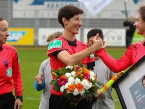 Marina Wozniak (Mitte) erhält zum 100. Bundesliga-Spiel eine besondere Überraschung. Mit dabei ihre Assistentinnen Laura Duske (re.) und Susanne Grams(li.). Foto: Daniel Matić.