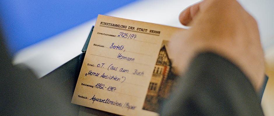 Historisch nachempfundene Karteikarten erläutern die Kunstwerke. © Frank Dieper, Stadt Herne.