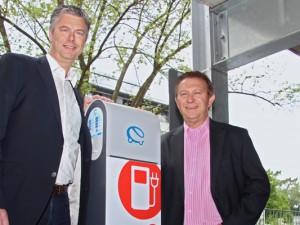 Andreas Meise (l.) und Werner Karnik an der neu installierten E-Zapfsäule.