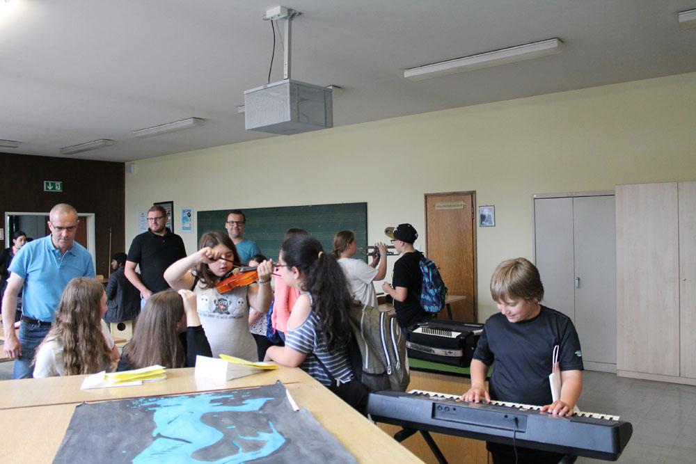 Erste Versuche auf den Instrumenten der Städtischen Musikschule.