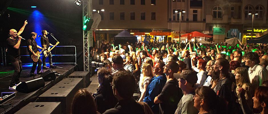 """""""Extrabreit"""" vor einem gefüllten Buschmannshof. Foto: Horst Martens, Stadt Herne."""