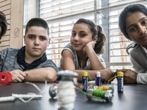 Yusuf, Alphan, Mina und Vanathy haben verschiedene Elektromagnete gebastelt. ©Thomas Schmidt, Stadt Herne