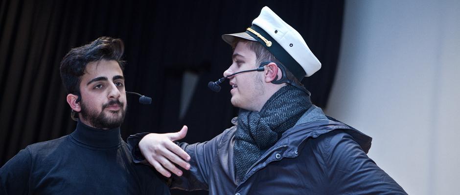 Kapitän Ahab, gespielt von Pero Kosic, und sein Gegenspieler Starbuck, dargestellt von Ömer Caliskan. © Horst Martens, Stadt Herne.