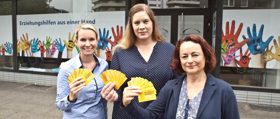 Filmtickets übergeben Ilka Bartnik, Daniela Bekurts und Marion Heuer an minderjährige unbegleitete Flüchtlinge. ©Horst Martens, Stadt Herne