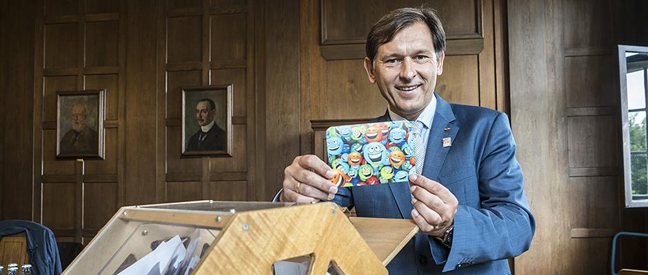 Oberbürgermeister Dr. Frank Dudda lost die Teilnehmer für die Kirmeseröffnung aus. ©Thomas Schmidt, Stadt Herne.