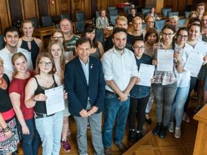 OB Dr. Dudda überreicht die Zertifikate für die Deutsch-Checker. ©Thomas Schmidt, Stadt Herne.